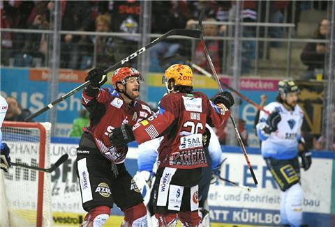 Jan Urbas (links) und Dominik Uher bejubeln ein Tor der Fischtown Pinguins.