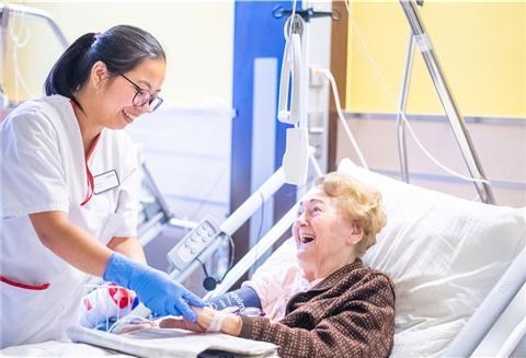 Mika fickt als Sanitäterin ihren Patienten