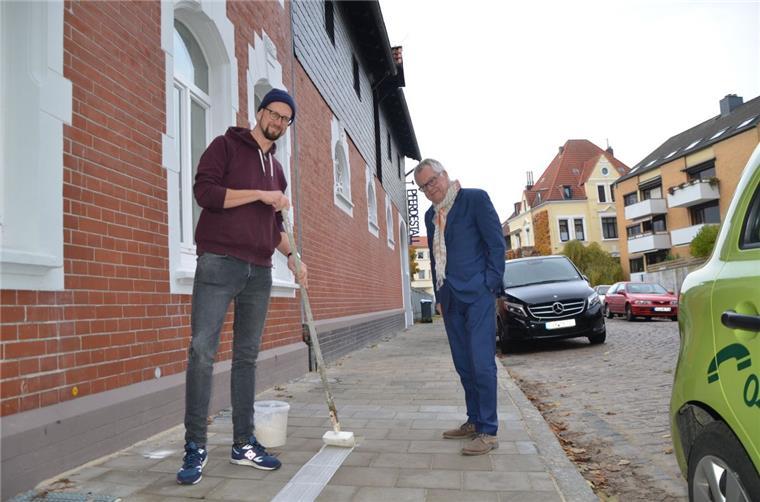 Künstler pinselt weißen Strich durch Bremerhaven